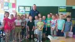 Uczniowie Szkoły Podstawowej nr 2 w Nowym Stawie uczestniczyli w spotkaniu z policjantem tutejszej jednostki. Głównym tematem spotkania były zasady bezpieczeństwa w szkole oraz podczas zbliżających się wakacji - 24.05.2016