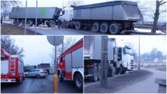 Wyciek paliwaz uszkodzonegozbiornika.Kolizja dwóch samochodów ciężarowych przy ul. Wałowej w Malborku. Utrudnienia w ruchu drogowym - 25.01.2017