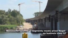 Jazowa: Nasuwanie ostatniego segmentu mostu przez Nogat na budowie trasy S7.- 28.06.2017
