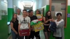 """Malbork : """"Ubranka na wakacje dla Jasia i Małgosi"""" akcja uczniów II LO - 11.07.2017"""