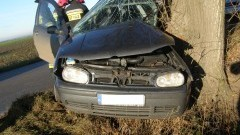 Stara Kościelnica: Golf wpadł w poślizg i uderzył w drzewo - kierowca wyszedł o własnych siłach - 14.11.2017