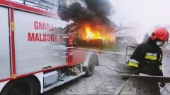 Policjanci zauważyli pożar, ewakuowali mieszkańców i psa. Strażacy walczyli z ogniem przy Gałczyńskiego w Malborku - 30.11.2017