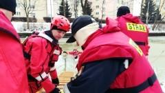 Ćwiczenia i pokazy z ratownictwa na lodzie. Strażacy z PSP w Nowym Dworze Gdańskim pokazywali uczniom z SP nr 1, jak ratować osobę pod którą załamał się lód - 13.02.2018