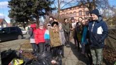 """Uczniowie malborskich szkół w ramach akcji """"Go Planet"""" wspólnie sprzątali miasto"""
