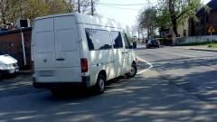"""Parkowanie przy skrzyżowaniu. Widok na główną drogę zasłonięty przez """"Mistrza kierownicy"""""""