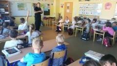 Bezpieczeństwo w czasie wakacji tematem spotkania funkcjonariusza policji z uczniami malborskiej Szkoły Podstawowej nr 3