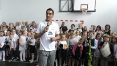 Wyjątkowe zakończenie roku szkolnego. Giba odwiedził uczniów Szkoły Podstawowej w Gminie Malbork.