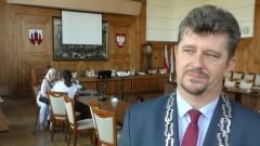 Rząd nakazał zmniejszenie pensji włodarzom. Radni PiS wstrzymali się od głosu. Zobacz ile zarabia burmistrz Malborka.