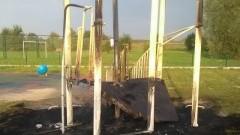 Bezmyślność nie zna granic. Podpalenie urządzeń na placu zabaw w Kałdowie.
