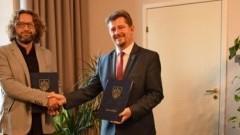 Otwarte Strefy Aktywności w Malborku pewne. Burmistrz Marek Charzewski podpisał umowę.