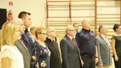 Zastępca Komendanta Powiatowego Policji w Malborku na uroczystości pasowania ucznia w Szkole Podstawowej nr 2