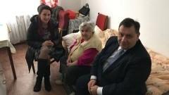Wójt Marek Szczypior z żoną odwiedził mieszkankę gminy Stare Pole.