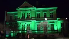 Muzeum Miasta Malborka podświetlone na zielono z okazji Dnia Św. Patryka.