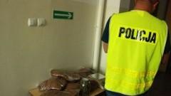 Malbork: Podejrzani o kradzież pieniędzy zatrzymani. W domu jednego z nich marihuana, amfetamina i 80 kg tytoniu