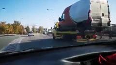 Kolizja busa z osobówką na wiadukcie w Malborku.