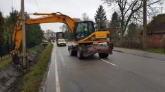 GDDKiA czyści i naprawia rowy przydrożne na drodze krajowej nr 55. Mieszkańcy pytają - kto udrożni przepusty na dojazdach do posesji?