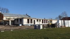 Rozbudowa szkoły w Nowej Wsi Malborskiej idzie pełną parą. Zobacz postęp prac.