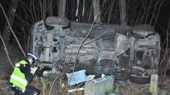 """""""Skosił"""" golfem hydrant i skrzynkę telekomunikacyjną. Nieprzytomny kierowca trafił do szpitala."""