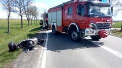 Zderzenie osobówki ze skuterem na DK22. Dwie osoby trafiły do szpitala.