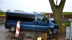 Jedna osoba trafiła do szpitala po zderzeniu auta z drzewem.