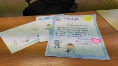 Kolorowe laurki i podziękowania od dzieci dla policjantów.