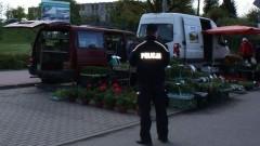 Targowisko miejskie pod czujnym okiem policjantów.