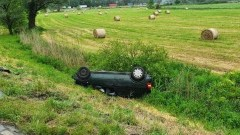 W zderzeniu na DK22 pojazd dachował do rowu.