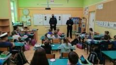 """Policjanci u pierwszoklasistów w ramach projektu """"Uczę się bezpieczeństwa""""."""