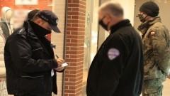 Policyjne kontrole placówek handlowych na terenie Malborka.