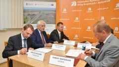 6 miliardów na drogę. Podpisano umowy na budowę dwóch odcinków S7 na Żuławach - 09.10.2015