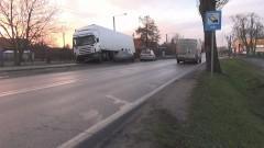 Malbork: Fiat stoczył się na drogę. Kierowca tira uciekał na pobocze i wjechał w płot – 02.12.2015