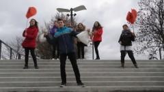 """Uczniowie Zespołu Szkół w Gminie Malbork nagrali teledysk do piosenki """"Kamień z napisem Love"""" zespłu Enej"""
