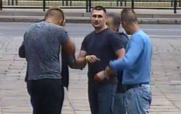 Ciężko pobili 27-latka. Rozpoznajesz ich? Zadzwoń! (wideo, zdjęcia)