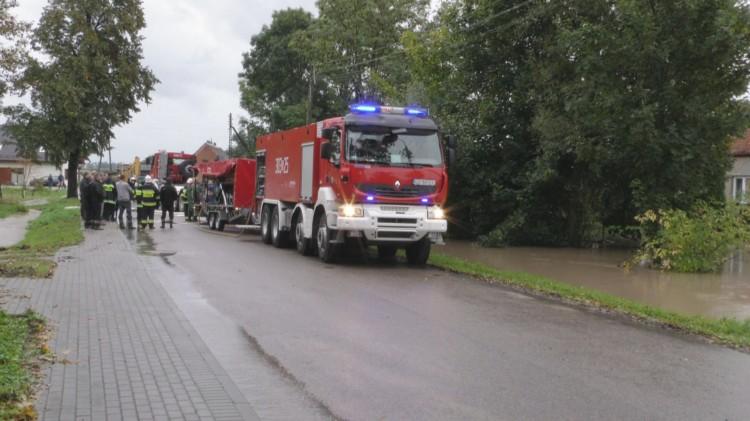 Walka o domy w Bągarcie i Jasnej. Wąskie strumyki zamieniły się w rzeki – 18.09.2017