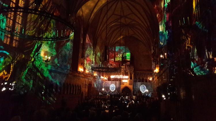 """Malbork: Genialni muzycy, gra na nietypowych instrumentach i odkrycie niezwykłych możliwości ludzkiego głosu. Metafory Muzyczne przeszły przez """"Złoty portal"""" i zawładnęły przestrzenią - 03.12.2017"""