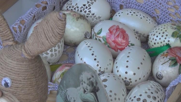 Kiermasz wielkanocny kusił ozdobami: pisankami, zajączkami i pięknymi stroikami
