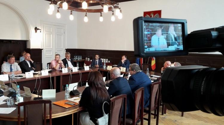 Absolutorium i dyskusja o kłopotach ratownictwa medycznego i piłce ręcznej. XXXI sesja Rady Powiatu Malborskiego.
