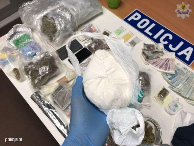 Do 10 lat więzienia za posiadanie narkotyków. Dwóch mężczyzn w rękach policji.