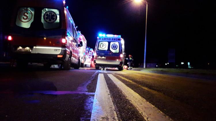 Zdaniem świadków mężczyzna wtargnął pod ciężarówkę. Poważny wypadek na Wojska Polskiego.