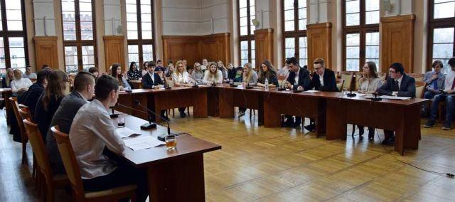 Zapraszamy na VII sesje Młodzieżowej Rady Miasta Malborka. Zobaczy jakimi tematami zajmą się młodzi Radni.