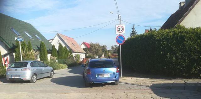Mistrzowsko zablokowana ulica w Nowym Dworze Gdańskim. Mistrzowie (nie tylko) parkowania.
