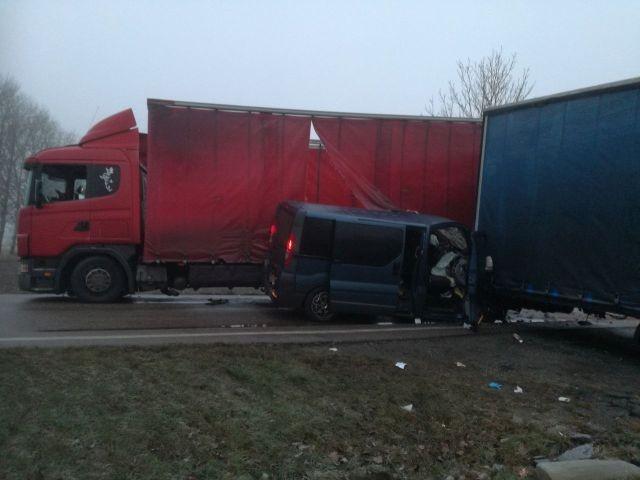 Zderzenie ciężarówki z Oplem Vivaro w Marynowach. 4 osoby poszkodowane.