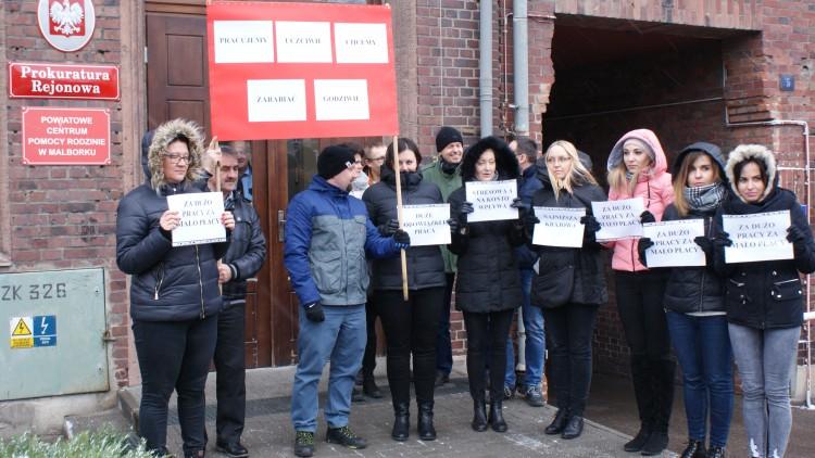 Żądają 1000 złotych podwyżki. Protest pracowników Prokuratury Rejonowej w Malborku.