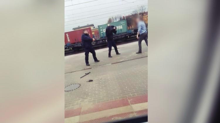 Pobił SOK-istów, zabrał pałkę i sobie poszedł. Chciał też zaatakować policjantów. Film z interwencji na dworcu w Tczewie.
