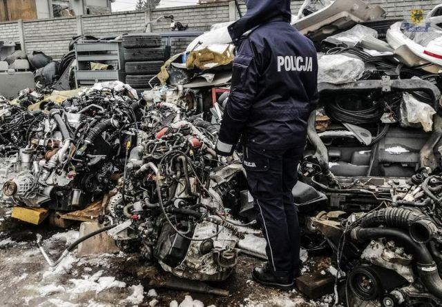 Kilkaset części samochodowych, skradzione auta i quady. Policja rozbiła dziuplę samochodową