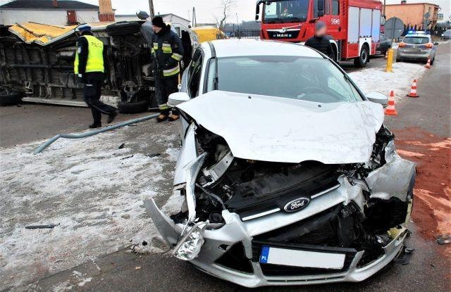 Zderzenie Volkswagena z Fordem. Obydwaj kierowcy w szpitalu.