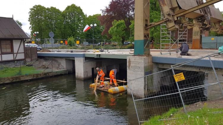 Renowacja mostu zwodzonego na rzece Tuga w Nowym Dworze Gdańskim. Zobacz najnowsze wideo i zdjęcia
