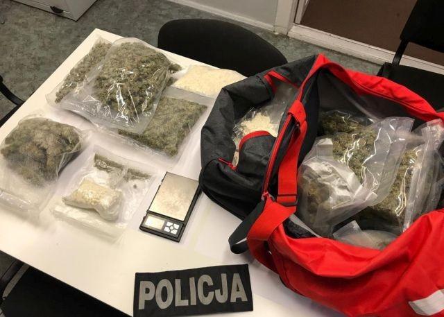 Policja zabezpieczyła 3 kg narkotyków: marihuanę, haszysz, amfetaminę oraz tabletki ekstazy. 4 osoby aresztowane.