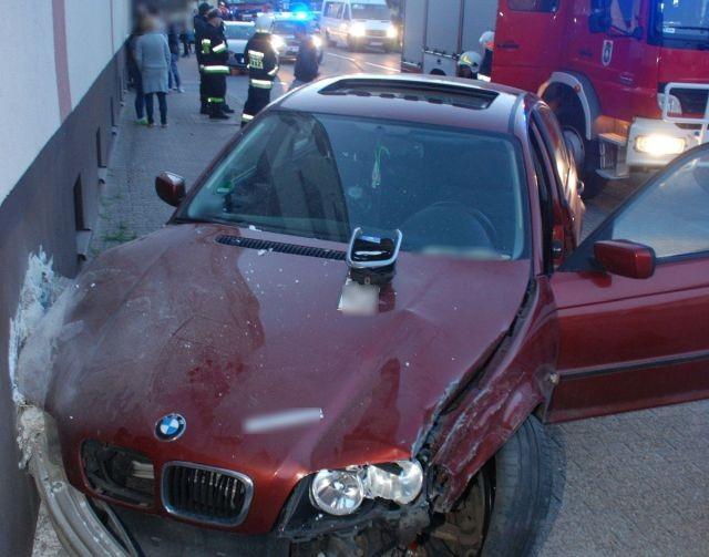 19-latek pod wpływem alkoholu uderzył w samochód i budynek