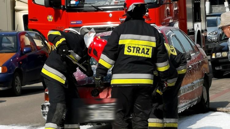 Pożar samochodu na Grudziądzkiej. Spaleniu uległa cała komora silnika.